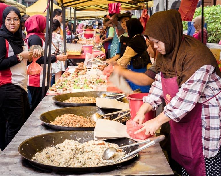 Comida de rua com muitos locais em Kuala Lumpur