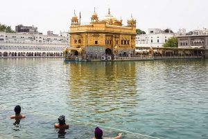 o sarowar é tipo uma piscina que envolve o Templo Dourado para as pessoas se banharem como ato de purificação