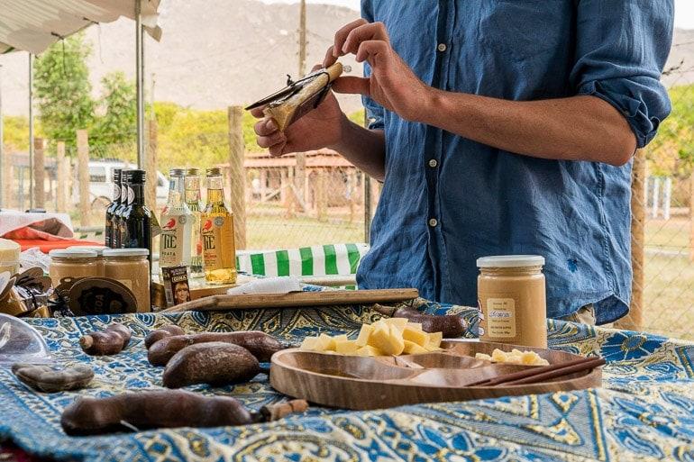 apresentação de queijos, azeites, e outros produtos locais da região de Aiuruoca