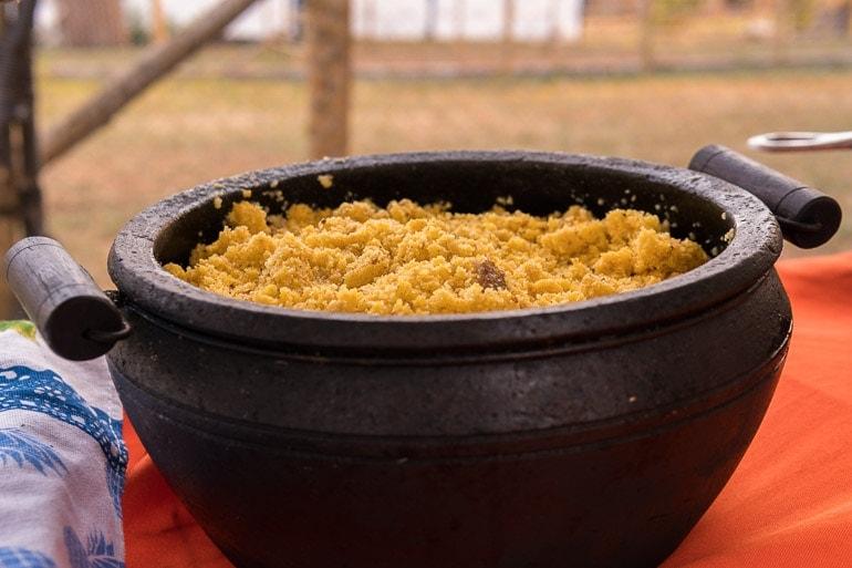 Panela com farofa suada no toucinho que foi servida no festival natureza do sabor