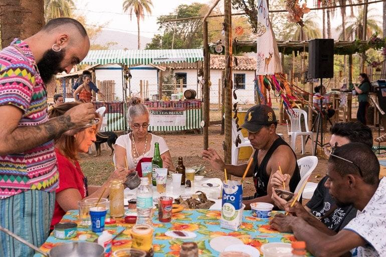 pessoas participando na sessão artística da oficina gosto do cerrado no festival natureza do sabor 2019