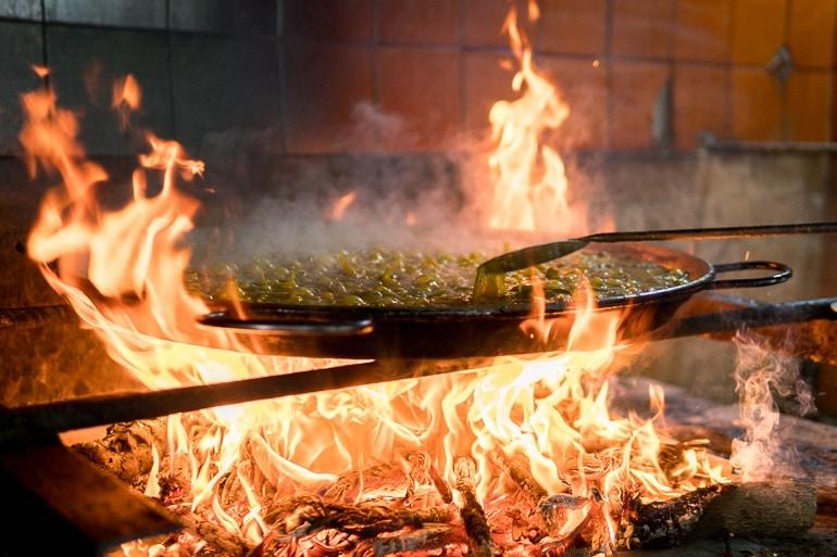 fervendo o caldo da Paella Valenciana