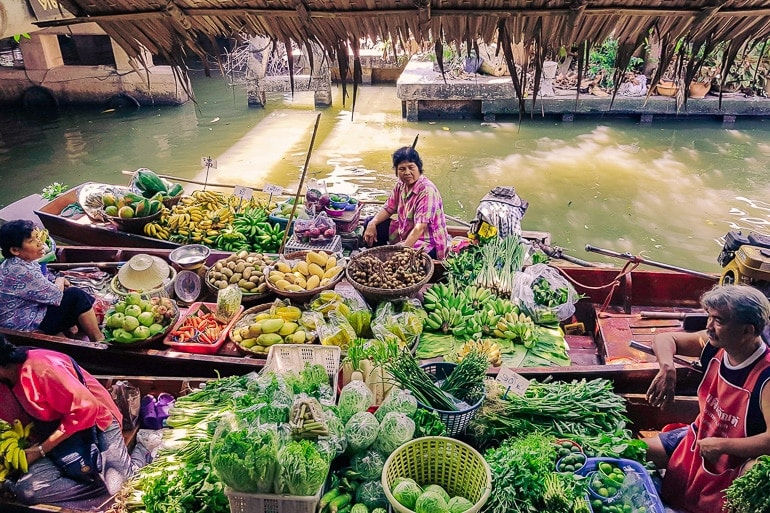 mercado flutuante como sugestão sobre o que fazer em Bangkok