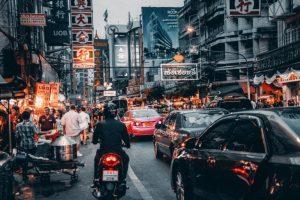 A rua principal do Chinatown em Bangkok