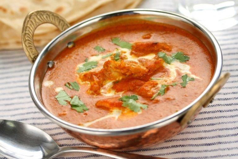 Destaque da receita - uma tigela de curry indiano de frango - em inglês butter chicken masala