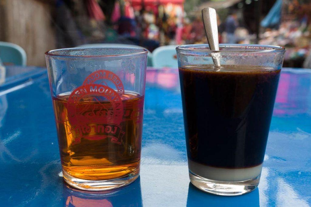 Chá e café servidos da maneira tradicional em Laos
