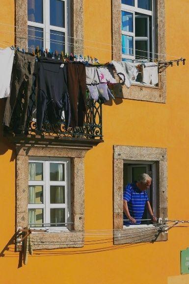As roupas penduradas no beiral das janelas é uma cena típica em Porto