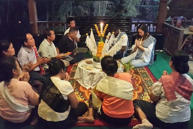 Jantar caseiro e cerimônia Baci com moradores em Ban Nasang