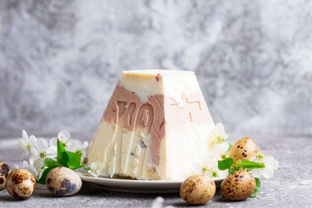 uma sobremesa russa em formato piramidal chamada Pashka, tradicionalmente servida na Páscoa