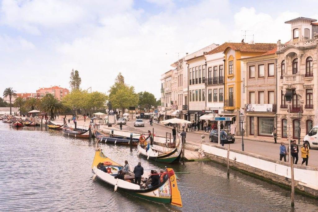 barcos nos canais na cidade de Aveiro em Portugal