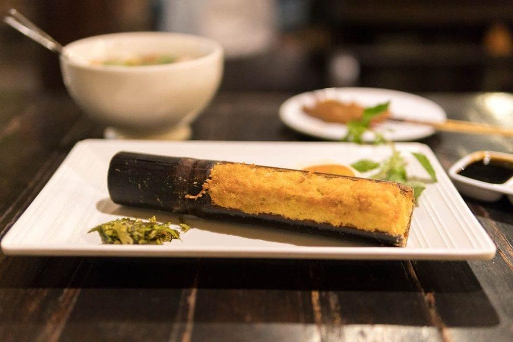 arroz grelhado no bambu do sudeste asiático