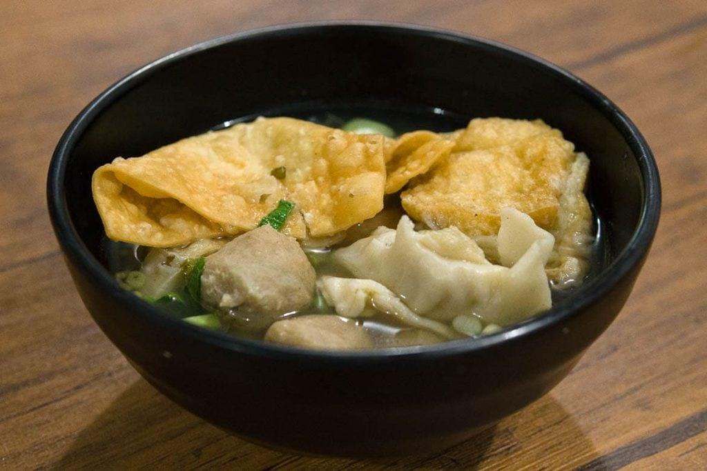 sopa de bakso, bolinhos de carne, noodle, e crackers