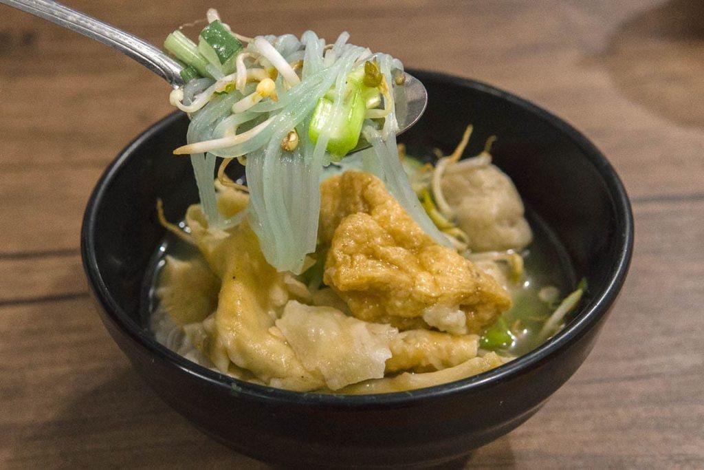 Um bowl de bakso com noodle comida de rua típica da Indonésia