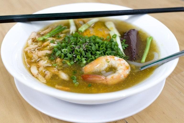 Banh Can é uma sopa feita com macarrão grosso de farinha de arroz e amido de mandioca