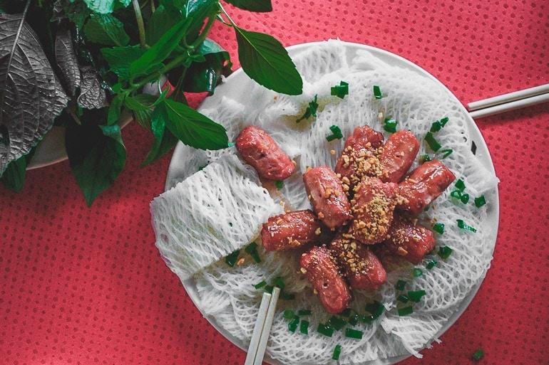 banh hoi, comida vietnamita feita com noodles em forma de rede, linguiça de porco e ervas frescas