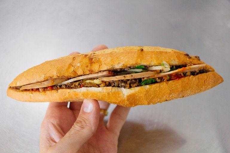 banh mi é um dos pratos típicos do Vietnã, muito tradicional é uma baguete francesa recheada com patê de fígado de porco, carne, legumes e molhos