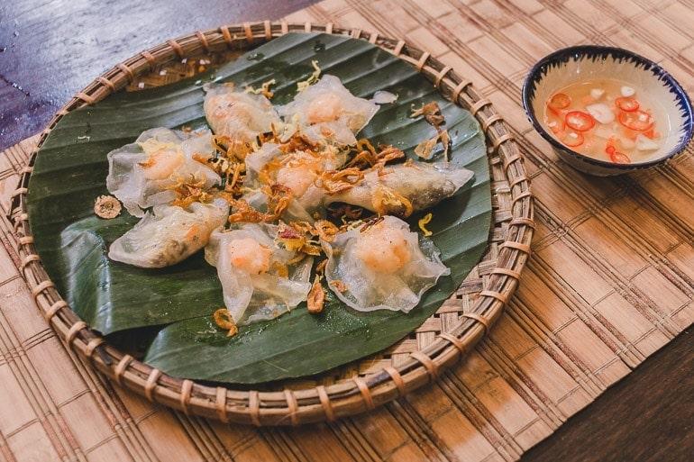 prato vietnamita muito delicado de Hoi An parece um raviolli translúcido feito com farinha de arroz e recheado com camarão