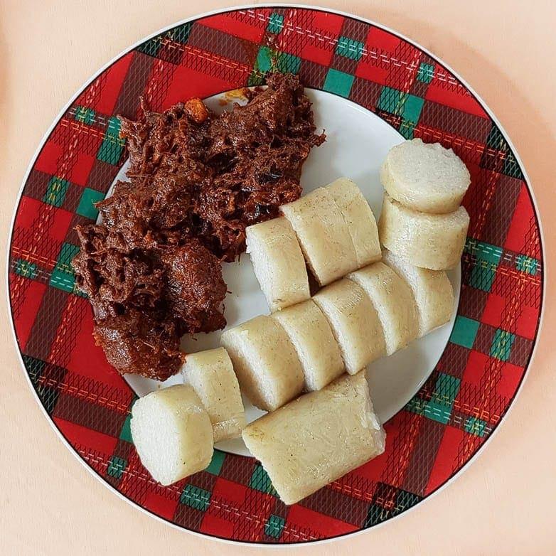 um prato com beef randang que é uma das comidas mais famosas e típicas da Indonésia