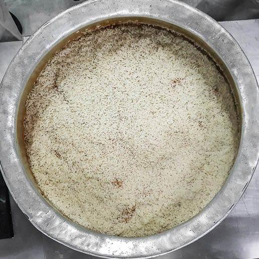 biryani de hyderabad prepara o arroz em camadas