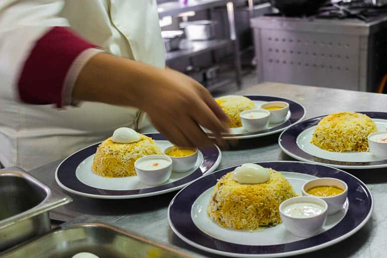 finalizando o biryani com ovo e molho