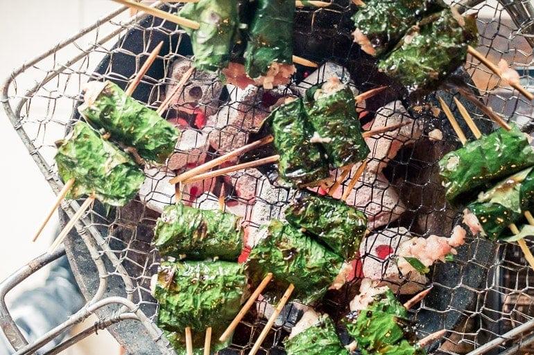bo la lote na grelha feita com carne de porco enrolada em folhas de betel selvagem