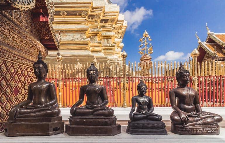 estatuas no templo budista theravada
