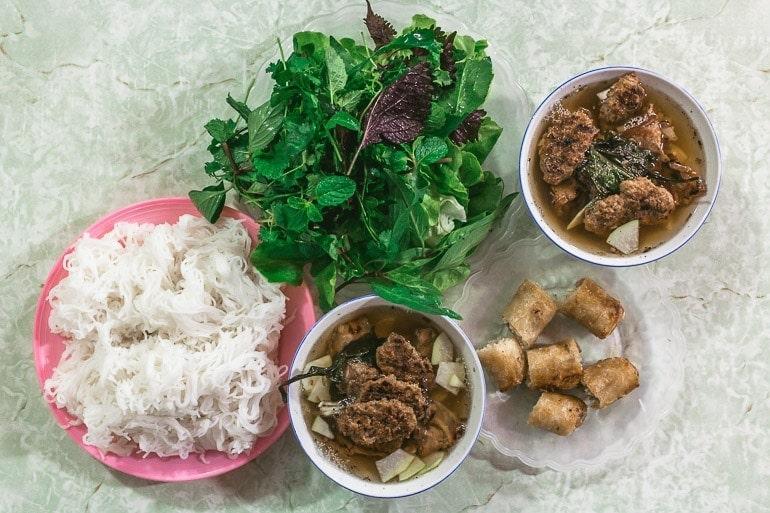 um dos pratos mais típicos do Vietnã que combina noodle fresco de arroz, carne de porco, caldo de carne e ervas frescas