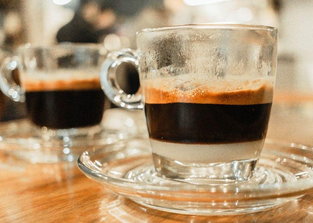café vietnamita com leite condensado no fundo da xícara faz do Vietnã um famoso destino de café para turistas