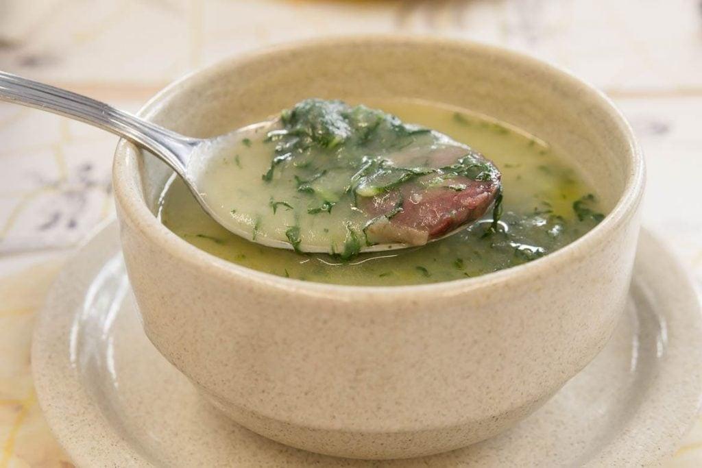 Caldo Verde é uma sopa portuguesa feita com batatas, couve e chouriço