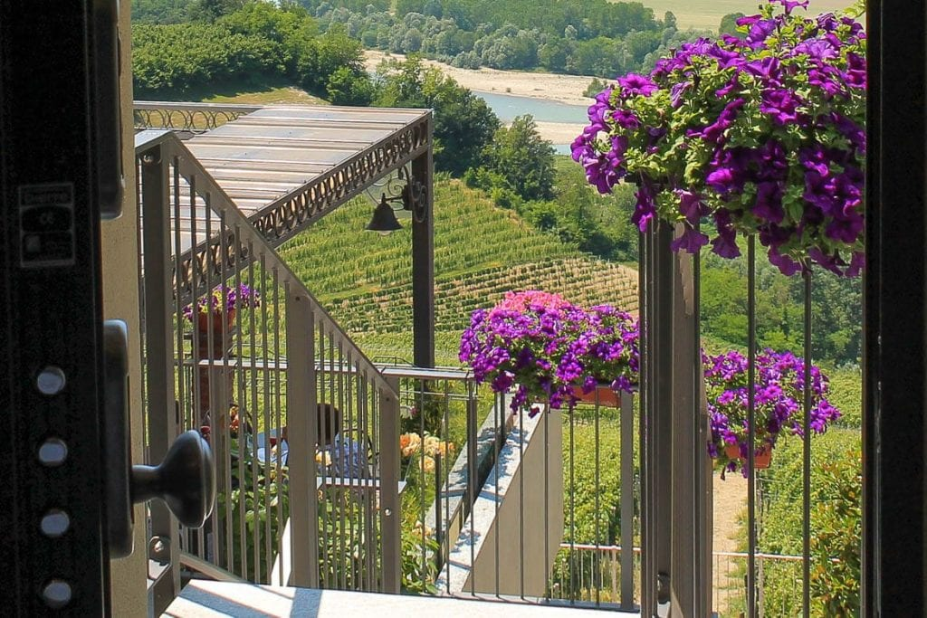 vista do quarto de um hotel vinícola em Barbaresco no topo dos vinhedos