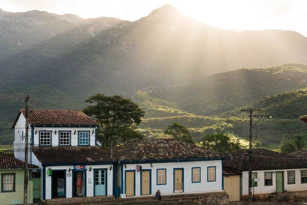 a vista do município de catas altas em minas gerais com casas históricas e natureza