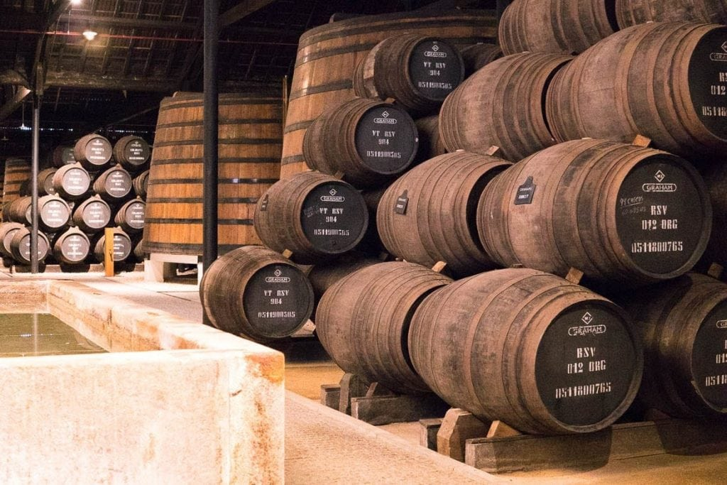 Interior de uma cave, adega de Vinho do Porto em Vila Nova de Gaia
