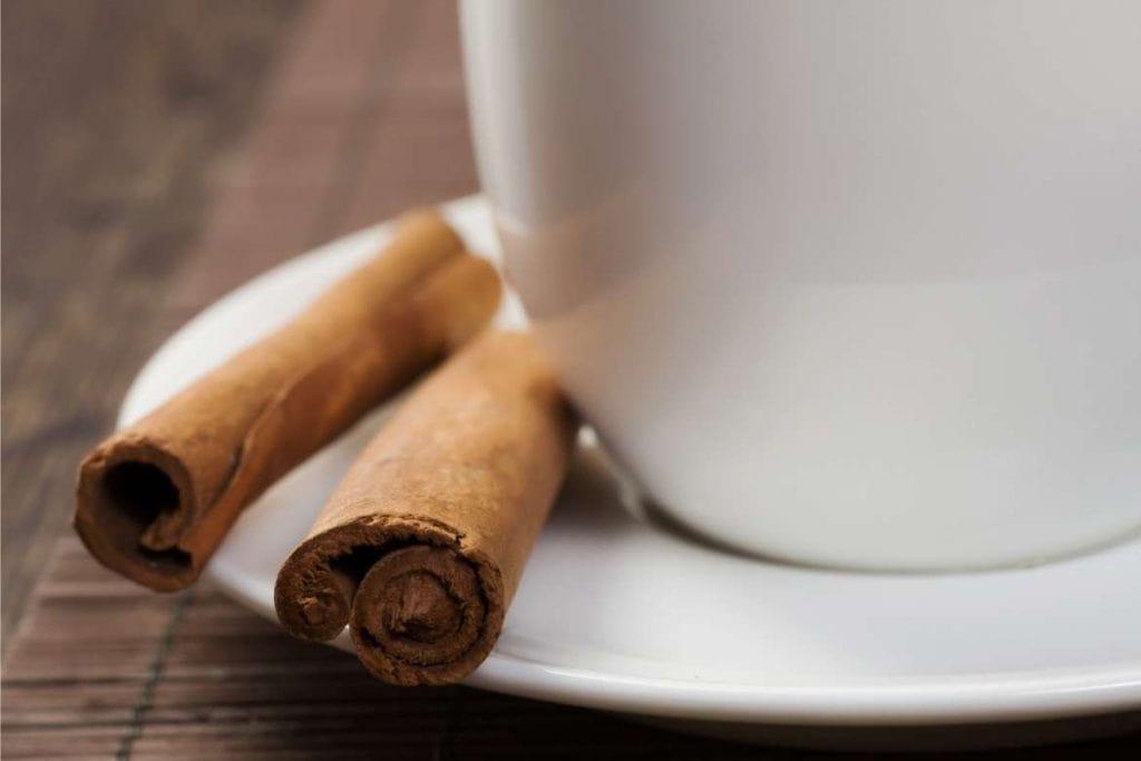 pau de canela e uma xícara de chá