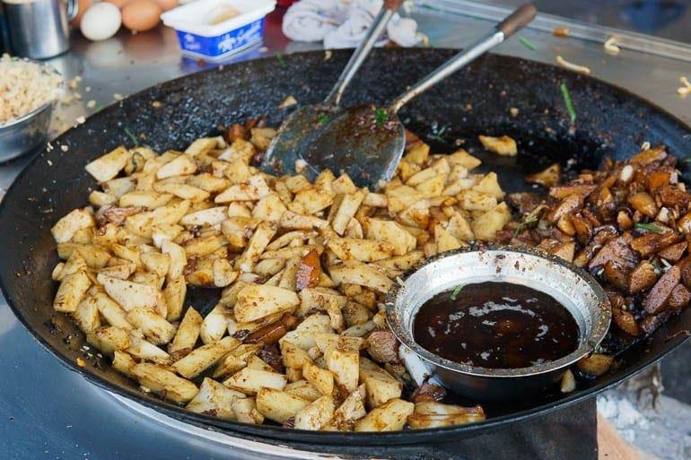 uma wok cheio de Char Koay Kak um dos pratos típicos da Malásia