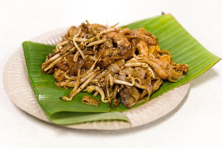 um prato com Char Koay Teow na folha de bananeira um dos pratos típicos da Malásia