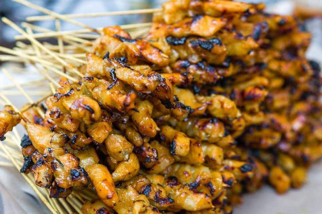 espetinho de frango do Sudeste Asiático