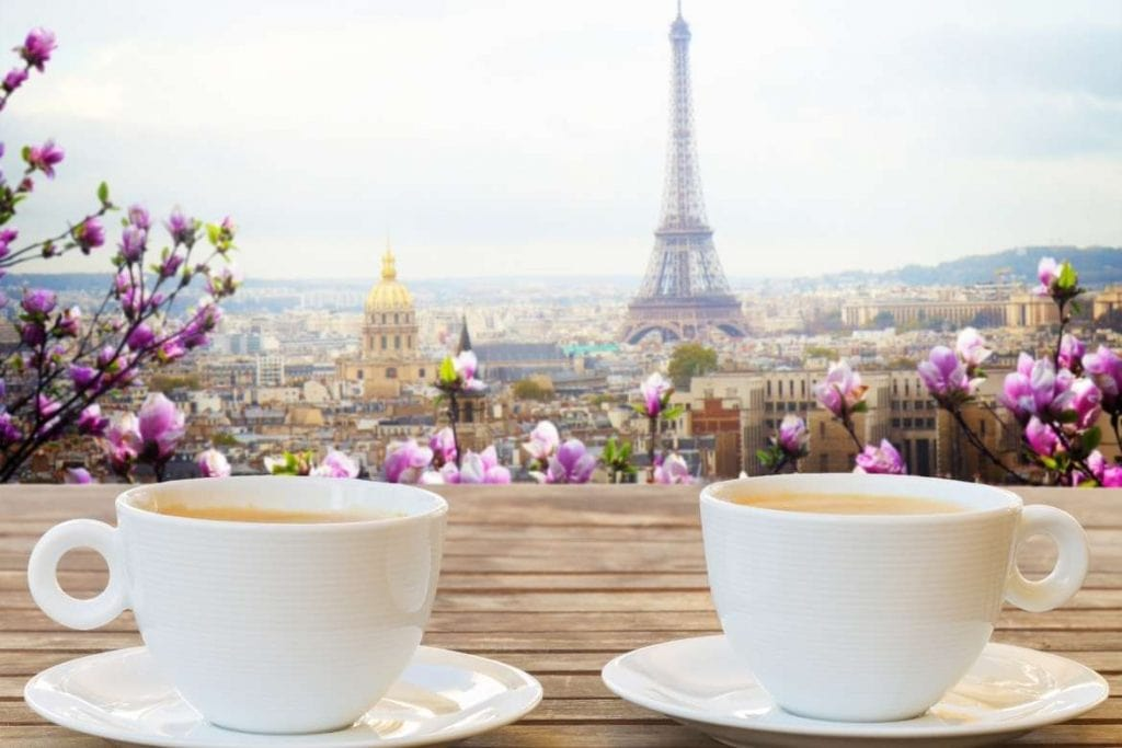Xícaas de café em Paris com a torre Eiffel ao fundo torna o país um destino ideal para visitar cafeterias entre os turistas