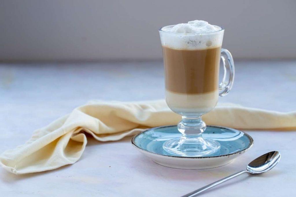café com leite em um pequeno prato azul popular na Ucrânia