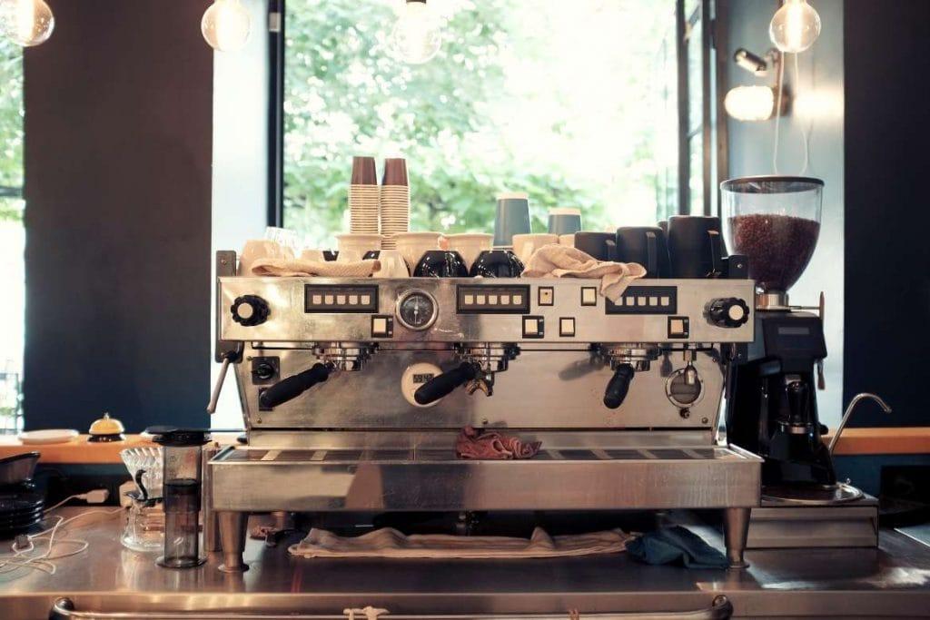 uma máquina de café dentro de uma cafeteria