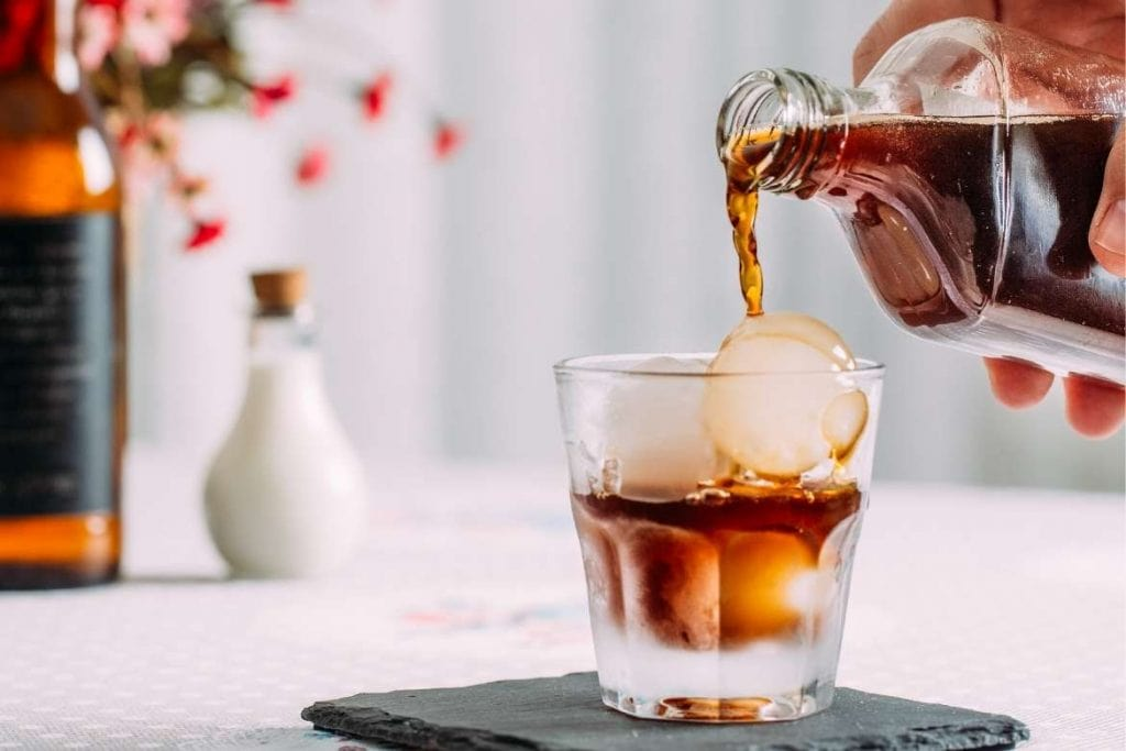 preparo de uma bebida com café frio cold brew, uma nova tendência em destinos de café ao redor do mundo