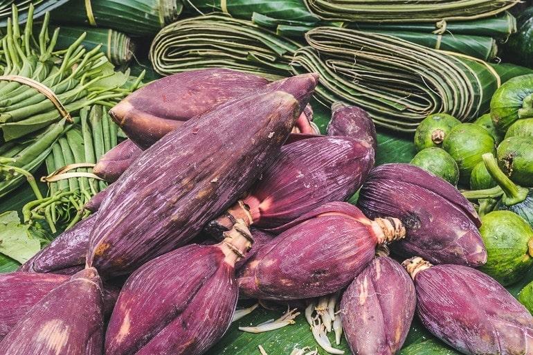 coração da bananeira, flor da bananeira, umbigo de bananeira ou mangará sendo vendido no mercado