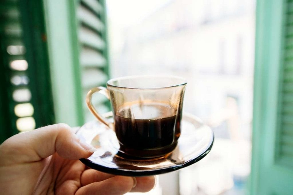 um shot de café cubano considerado muito forte e doce