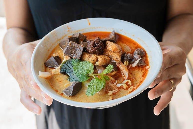 uma tigela com curry mee também conhecido como Curry Laska, prato típico da Malásia