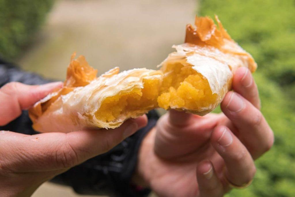 doce português muito tradicional na comida portuguesa chamada tantugal que é uma pastel recheada com ovos moles
