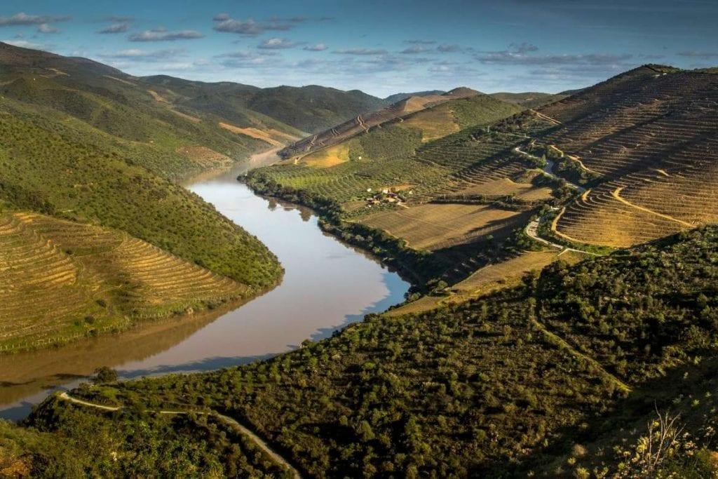 Vista do Vale do Douro um famoso destino para tour de vinho em Portugal