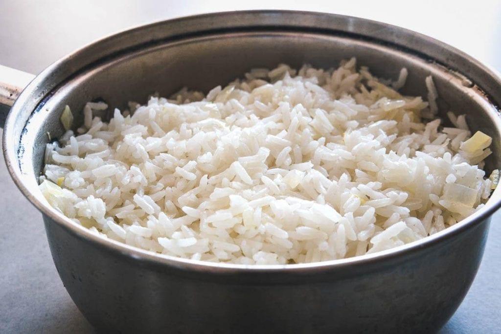 Uma panela com arroz branco cozido soltinho e sem erros