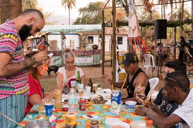 people participating in the artistic session of the workshop taste of cerrado at the 2019 event natureza do sabor