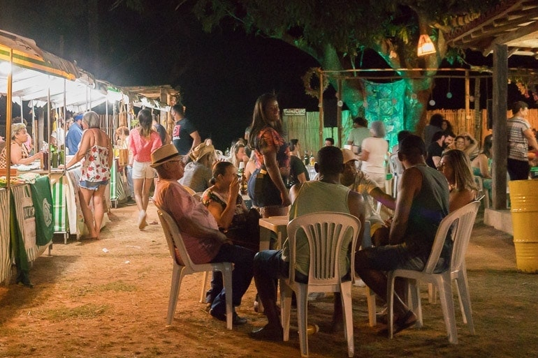 barracas de comida vendendo produtos locais no festival natureza do sabor