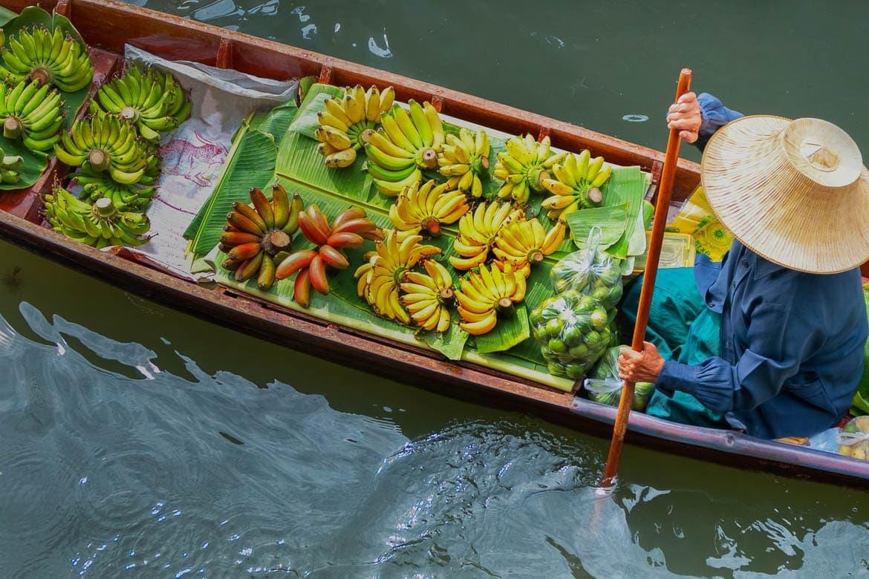 turismo gastronômico com visita ao mercado flutuantes da Tailândia