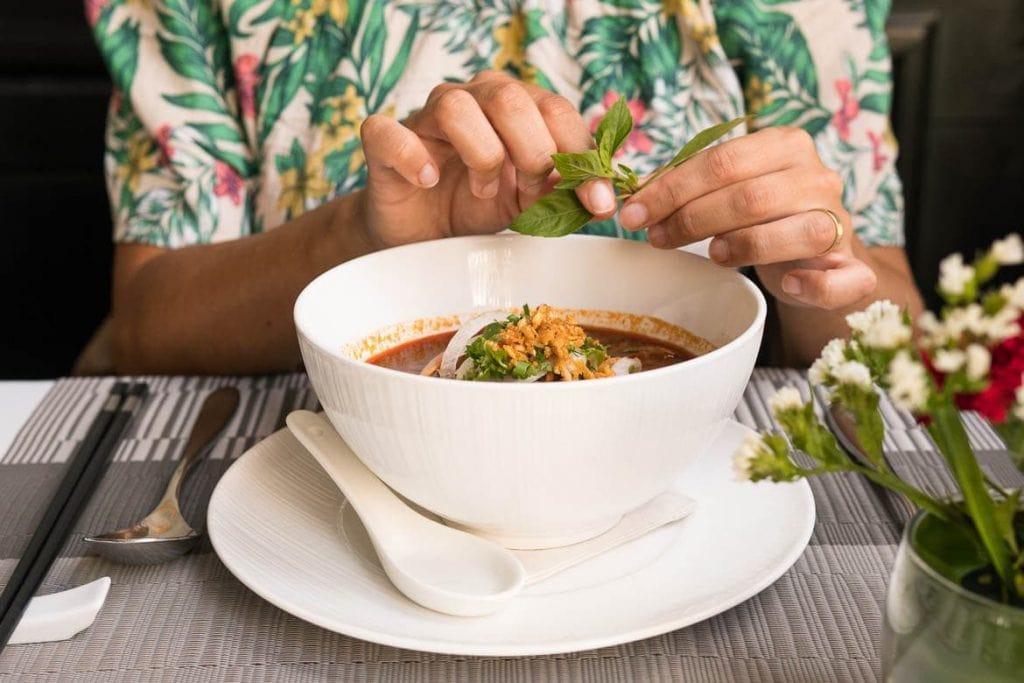refeição em restaurante com comida tradicional no Camboja é uma viagem gastronômica